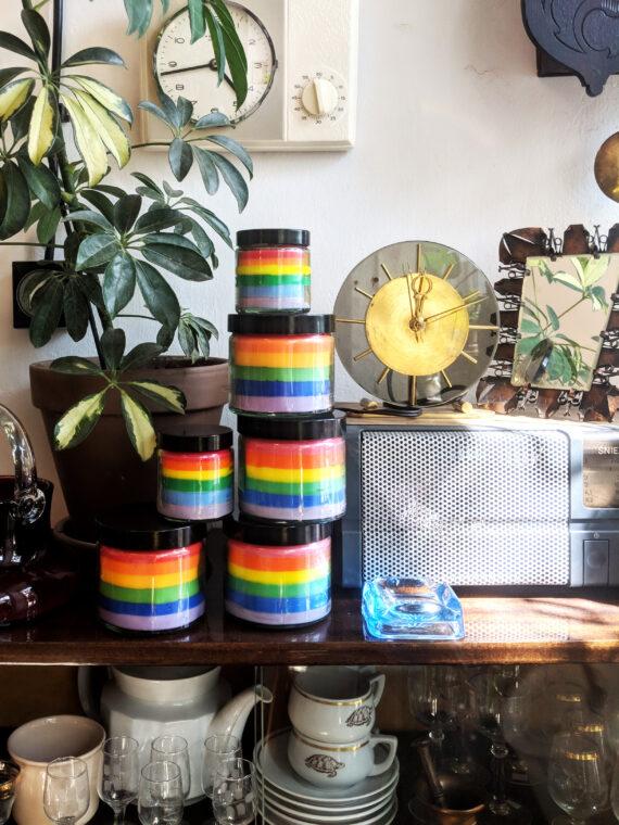 tęczowe świeczki LGBT w Look Inside