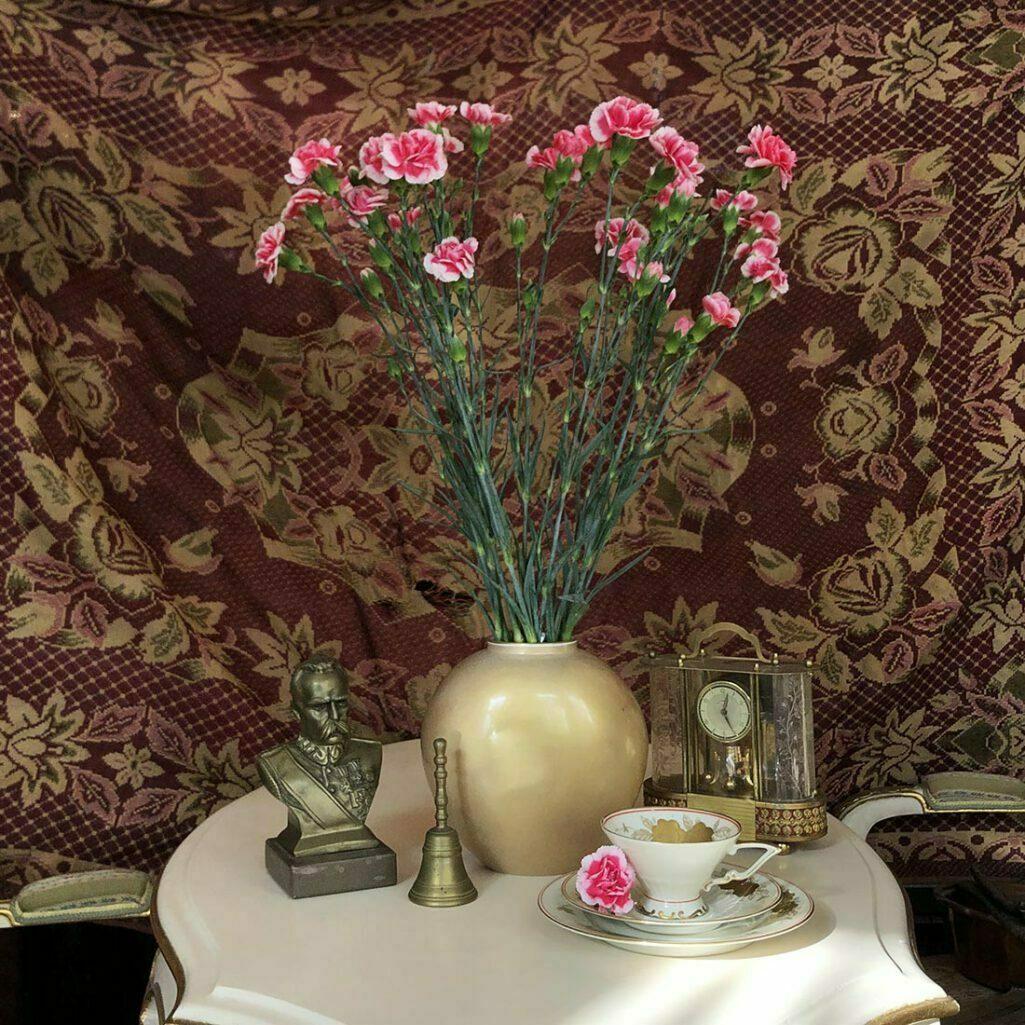 Złoty wazon KPM z goździkami w sklepie Politura & Ska