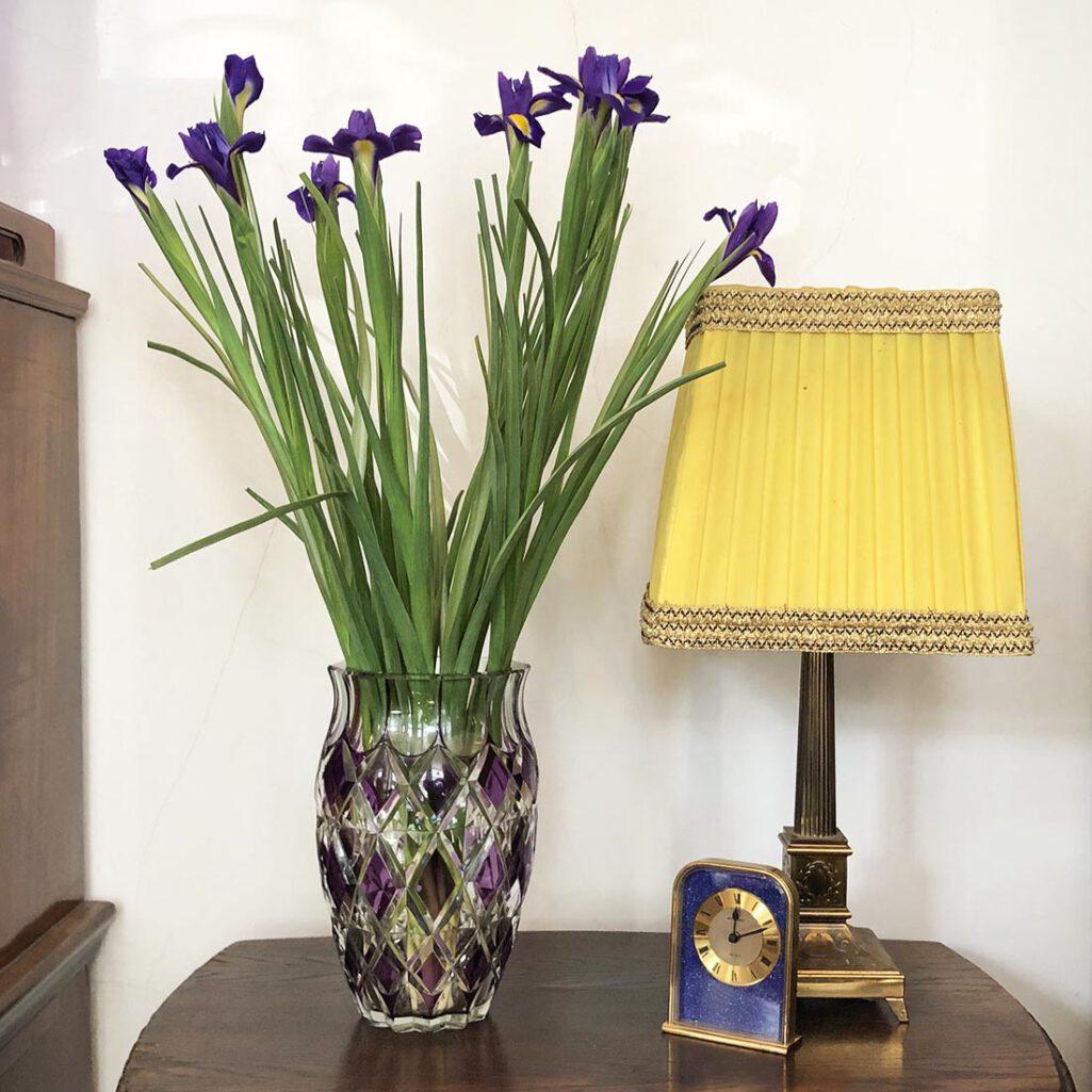 Kryształowy wazon w sklepie Politura & Ska z kwiatami Irysami