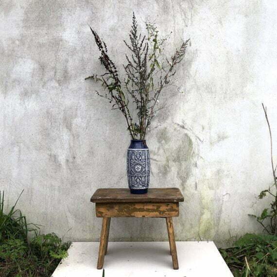 Niebieski wazon z kompozycją jesiennych traw