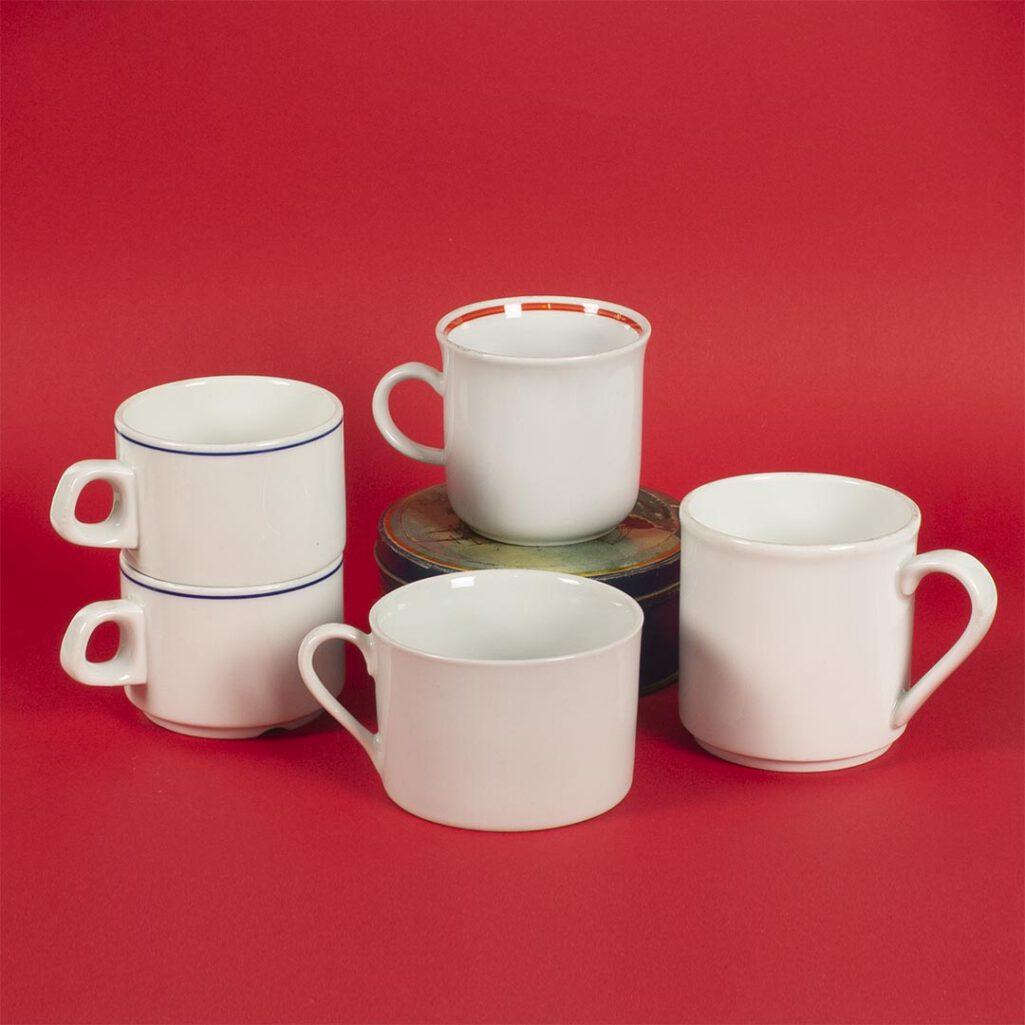 Białe kubki na kawę lub herbatę