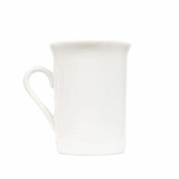 Prosty biały kubek na herbatę